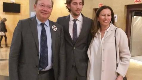 Javier Orduña, a la izquierda, con su hermana y sobrino tras recoger el 26 de febrero la Cruz de Honor de la Orden de San Raimundo de Peñafort, una condecoración del Ministerio de Justicia.