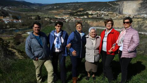 Con Liédena al fondo, desde la izquierda, Miguel Oliver Ruiz, Ana Esther González López, Anabel Latorre Beaumont, Magdalena Leoz Iroz, María Luisa Areso Artajo, y Puri Carlos Artajo.