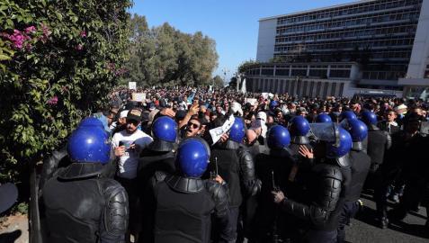 Miles de argelinos vuelven a salir a las calles contra la candidatura de Buteflika