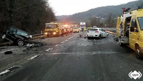 Dos muertos al colisionar dos turismos en Lena, Asturias