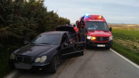 Queda inconsciente tras chocar con su vehículo contra una cuneta