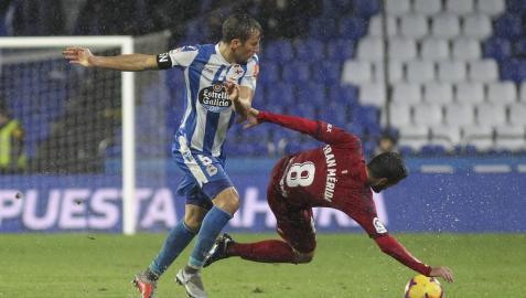 Fran Mérida cae al suelo durante una jugada frente al Dépor en Riazor.