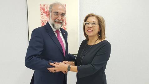 El consejero Domínguez, con la consejera de Sanidad de Aragón, Pilar Ventura.