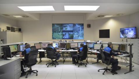 La Policía Municipal de Pamplona, en la sala de vigilancia de cámaras de seguridad.
