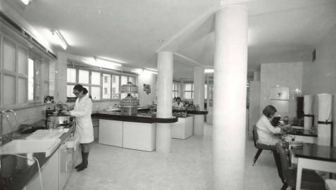 Fotografía de mujeres trabajando en el laboratorio del Hospital de Navarra.