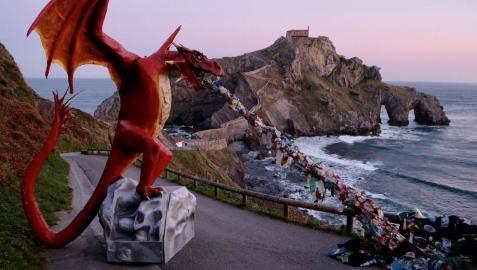 Greenpeace instala un dragón gigante en Gaztelugatxe para denunciar los vertidos de plástico al mar.