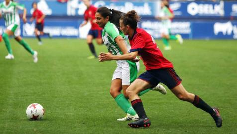 Imágenes del primer partido de fútbol femenino en El Sadar