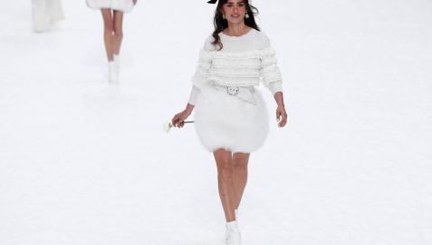 Penélope Cruz participa en el desfile homenaje a Karl Lagerfeld