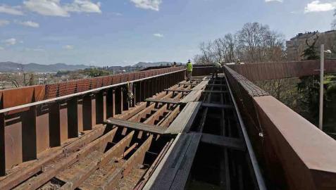 El Ayuntamiento comienza a desmontar la pasarela de Labrit