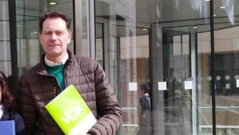 El presidente de Vox en Lleida, José Antonio Ortiz, en la puerta del edificio judicial de Lleida este lunes.
