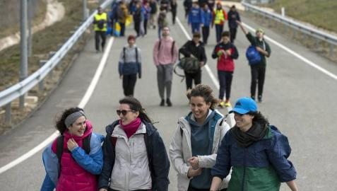 Imágenes de los miles de peregrinos que se han acercado este sábado hasta el castillo de Javier,