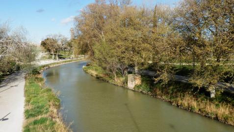 Un tramo del Canal Imperial de Aragón a su paso por Zaragoza.