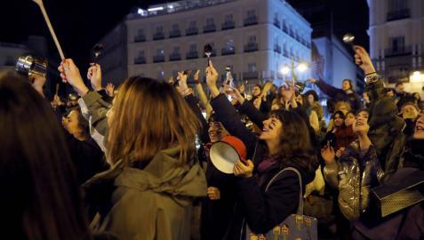 Cacerolada celebrada esta noche en la Puerta del Sol, en Madrid, que da inicio a la jornada de huelga feminista de este viernes.