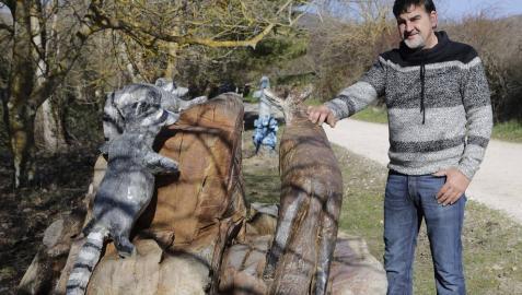 Animales esculpidos en la raíz de un roble, obra de Ángel Illera, en la regata Iturralde de Lerga.