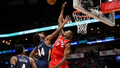 Ibaka bloquea al atacante de New Orleans Pelicans forward Solomon Hill.