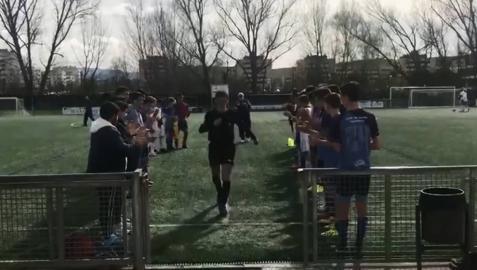 Un árbitro deja un partido entre lágrimas, vuelve, y le acaban haciendo pasillo