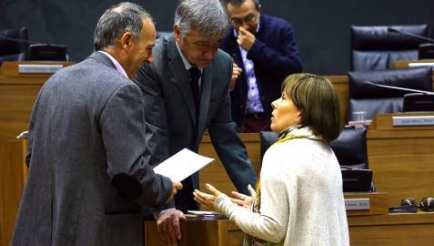 Barkos y Koldo Martínez, junto a Araiz en el Parlamento.