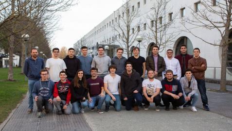 Estudiantes de Ingeniería Informática posan en el campus de la UPNA antes de comenzar el desafío de Google.