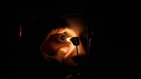 Un oculista examina el ojo de un paciente.