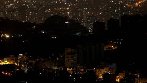 El Gobierno de Maduro pide calma tras el tercer día de apagón en el país