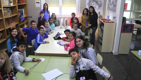 El grupo de alumnos al que le tocó trabajar ayer en la 'redacción' del colegio junto con las dos profesoras coordinadoras del proyecto.