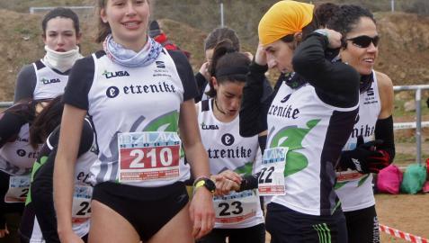Maite González, con el resto del equipo, en el Cross de Cascante.