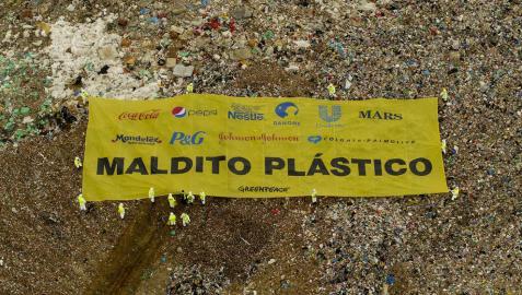 Greenpeace coloca una pancarta en el vertedero de Valdemingómez
