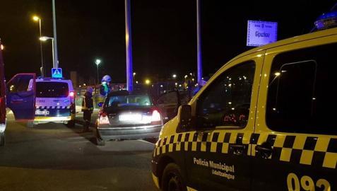Dos heridos leves tra empotrar su coche contra una farola en Pamplona