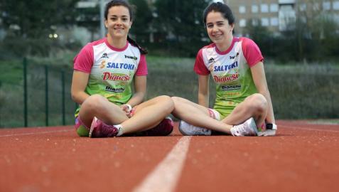 Marina Echenique Palacios y Claudia Martínez Rebollo, en las pistas de atletismo de Barañáin donde suelen realizar algunos entrenamientos.