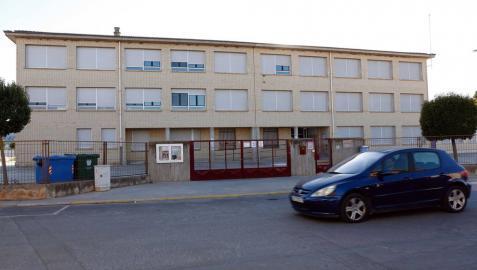 Un coche pasa junto al colegio San Bartolomé de Ribaforada, que acogerá a los alumnos de 1º de ESO.
