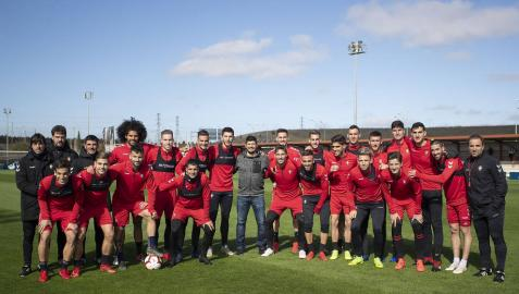Manu Zapata, rodeado de la plantilla y el cuerpo técnico de Osasuna.