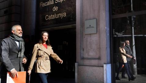 La líder de Ciudadanos en Cataluña, Inés Arrimadas, junto al portavoz de la formación, Carlos Carrizosa, a su llegada a la Fiscalía Superior de Catalunya.