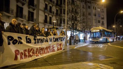 Conductores del transporte urbano concentrados ayer noche en la plaza de Merindades de Pamplona.