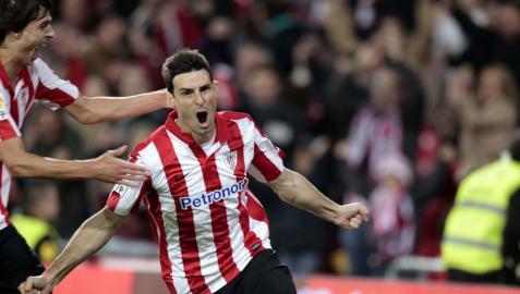 El delantero del Athletic de Bilbao, Aritz Aduriz (d), celebra su gol, segundo del equipo