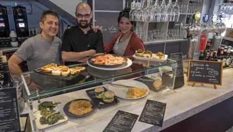 Roberto Comas Zudaire, el cocinero David Dimitri y Ana Vidal, en la barra del gastrobar.
