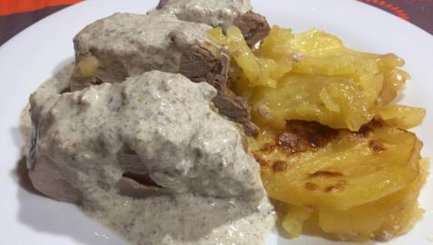 Solomillo relleno de jamón y queso con salsa de champiñones.
