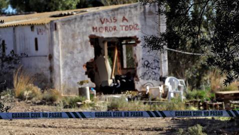 Agentes de la Policía Científica de la Guardia Civil en el lugar de la muerte de los dos niños de Godella