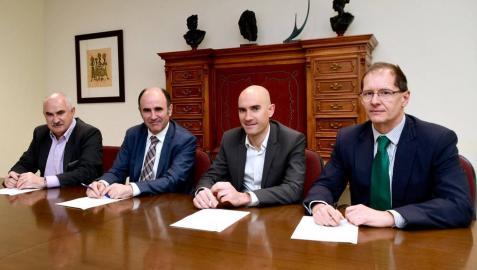 José Mª Aierdi, director gerente de Nasuvinsa; Manu Ayerdi, vicepresidente de Desarrollo Económico; Alberto Loizate y Javier Berazaluce, representantes de Harivenasa.