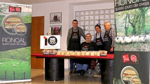Donan 120 cuñas de queso D.O. Roncal al comedor solidario Paris 365