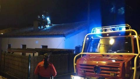 Un incendio afecta a la chimenea de una vivienda en Arbeiza