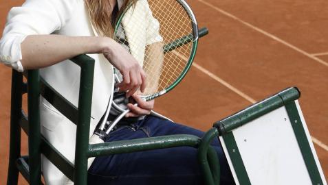 Cristina Torrens, sentada en una silla de juez, en la pista al aire libre del Club de Tenis de Pamplona.