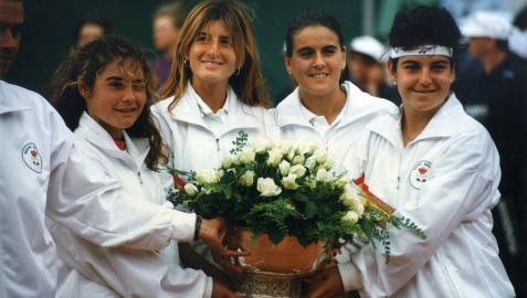 Cristina Torrens, segunda por la izquierda, junto a Virgina Ruano, Conchita Martínez y Arantxa Sánchez Vicario, tras ganar la Copa Federación en 1993 en Alemania. España venció 3-0 a Australia.