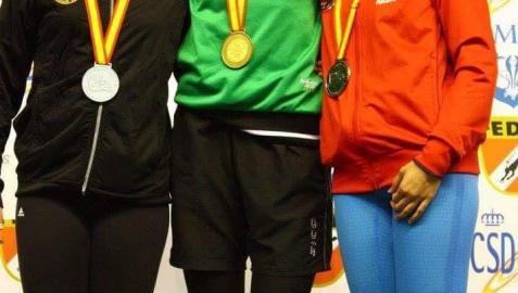 Claudia Oroz -con el oro al cuello- en el podio nacional un año en el que ganó en 200 y 400 bialetas y batió los dos récords nacionales. Es uno de sus mejores recuerdos deportivos.