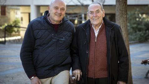 Ramón Moratinos y Javier Echeverría ayer por la tarde en la plaza de Huarte.