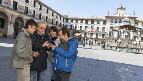 Cuatro personas juegan al 'Escape Tudela' en la plaza de los Fueros de la ciudad.