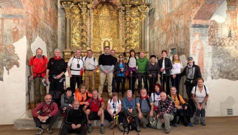 Miembros de la Asociación de Amigos del Camino de Santiago de Navarra, en la recepción que les tributó Yesa en la iglesia de San Esteban.