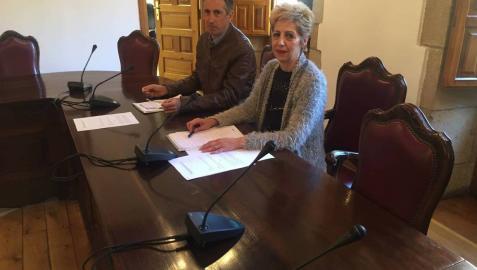 Guillermo Erice (Laseme) y la alcaldesa de Viana, Yolanda González, durante la firma del convenio.