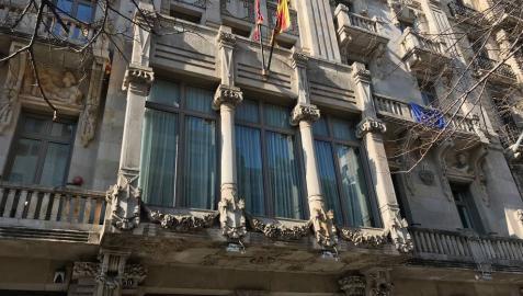 ERC retira los lazos de la fachada de Economía antes de que lo hagan los Mossos