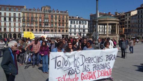Manifestantes en la plaza del Castillo de Pamplona