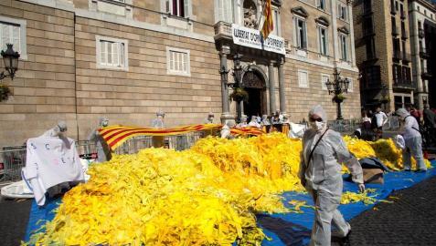 Antiindependentistas vuelcan miles de lazos amarillos frente a la Generalitat